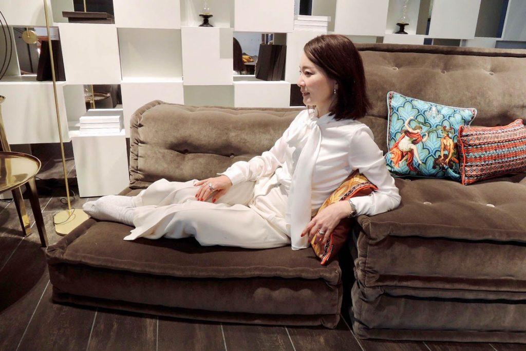 低いソファに座る女性