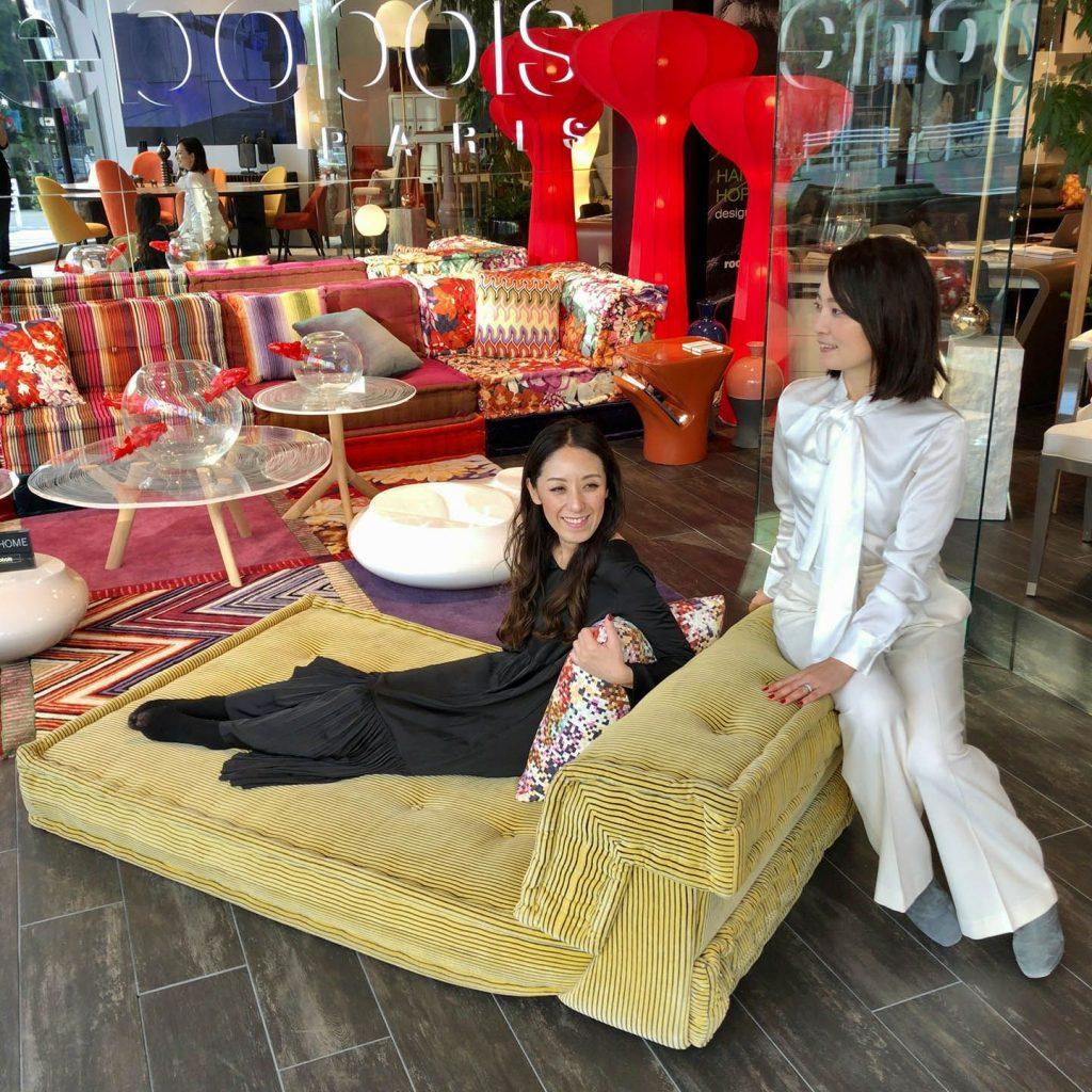 ソファに座る二人の女性