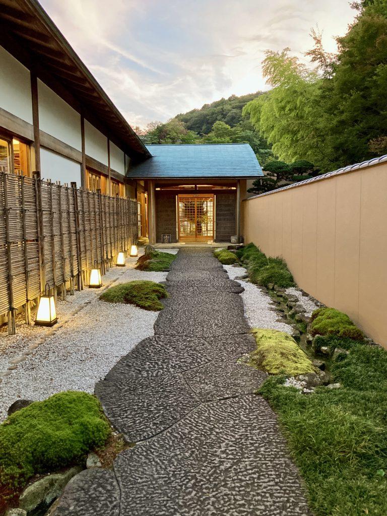 強羅花壇の入り口 石畳の和風のアプローチ